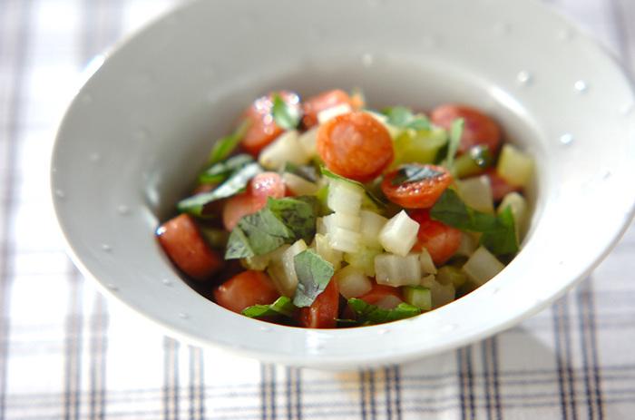 炒めたセロリときゅうりで作るホットサラダ。ソーセージと一緒に炒めるので、油も少なめで味もバッチリ。これだけでおかずにも使えるかも。