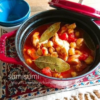 トマトの酸味とひよこ豆の甘さのバランスが良い、チキン煮込みです。じゃがいもなどの野菜をプラスしてもいいですね。