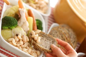 カッスーレは、フランスで食べられている伝統的な田舎料理です。白いんげん豆に、肉や野菜などを加えて煮込んだ料理のこと。色々な食材を一度にたっぷり摂れるので、栄養満点の一品ですよ。バゲットを添えて、フランス風の食卓を楽しんでみては。
