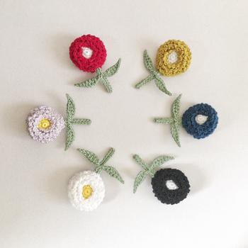 デージーのお花をモチーフにしたブローチ。カラフルなデザインは色違いで揃えたくなりますね。