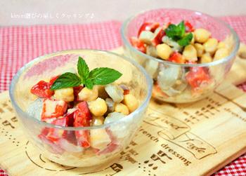 ひよこ豆は、まろやかな豆乳味噌とよく合います。一緒に入れるごぼうは、ひよこ豆と同じ形にカットするのがポイント。こうすることで、食べやすくなりますよ。付け合わせにぴったりのサラダです。