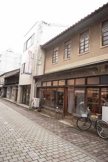 新旧の建物やショップが立ち並ぶ商店街。都内の町には多くの商店街が点在しています。少し前までは閑散とした商店街の映像をテレビなどで見かける時期もありましたが、今ではその価値も見直され、町の活気や地域の暮らしにも必要不可欠な存在となっています。