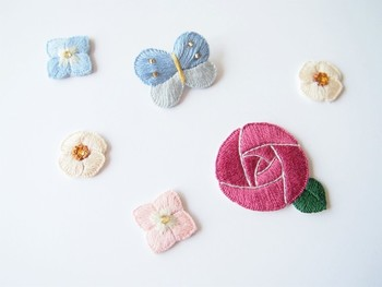 刺繍糸を全体に使用したお花のブローチ。蝶々モチーフと合わせて買いたくなる可愛さです!