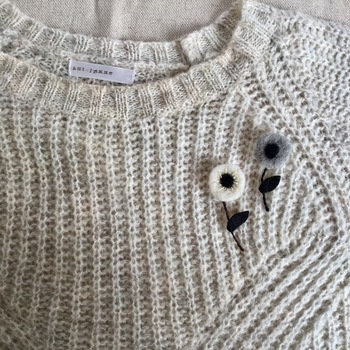 フワフワで柔らかな質感のフェルト素材は、温かみがあるのでセーターなどのニット素材とも相性が抜群です。