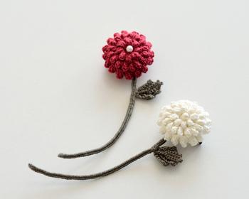 立体感のあるお花は印象的なので、シンプルなコーディネートのアクセントとなってくれます。