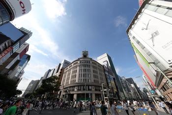 ブランドショップやデパートが軒を連ねる銀座。現代の最先端が揃うこの街は、古くは明治時代、日本に西洋文化が生まれる先駆けとなった場所でもあります。