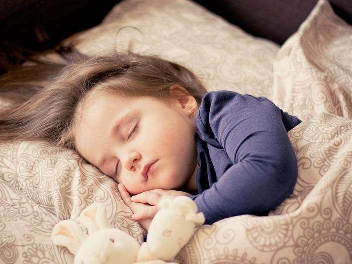 シーツやベッドカバーなどの寝具にも気を配りましょう。  素材はもちろん、色も睡眠に影響があるのだそう。青は眠りを誘い、緑はリラクゼーション効果があるんだとか。 落ち着いた色で寝室をコーディネートしてみるのも試す価値アリですよ。