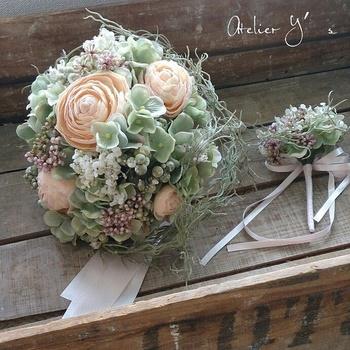 また、生花のように扱うシーズンを選ばないので、自分たちの好きな花を取り入れたブーケを作ってもらうこともできます。アーティフィシャルフラワーも上質なものは生花と見紛うほどの完成度なので、とても美しいブーケに仕上がりますよ。