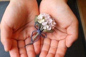お花のブローチで春を感じるコーデを楽しんでみませんか?
