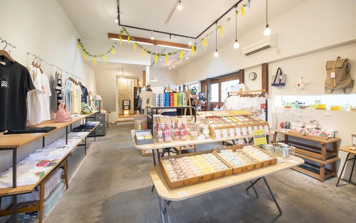 「日常を楽しむ」をコンセプトに、オリジナルTシャツや雑貨のデザインを製作しているクリエイト集団「hickory03travelers」。古町に店舗を構えています。