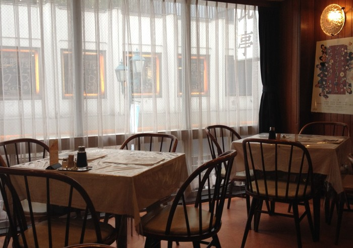 店内はレトロな雰囲気が漂う、ゆったりとした空間。家族やお友達と行った際は、1つのテーブルを囲んで食事を頂くスタイルです。