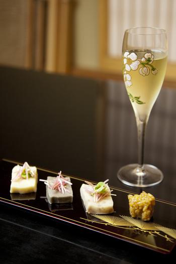 懐石料理といえば日本酒…と思いがちですが、こちらでは100種類以上のシャンパンと300種類以上のワインを取り揃えています。お料理に合わせてソムリエがセレクトしたワインは、どれも絶品。海と山の恵みを活かしたお料理とお酒で、贅沢な時間を過ごしてみてはいかがでしょうか?