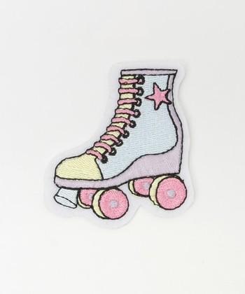 パステルカラーが可愛いローラースケート。同じ淡い色のものにもピッタリですがネイビーなどのダークカラーに合わせるのも素敵ですね。