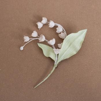 とってもリアルな布花のブローチ。可憐なスズランの雰囲気が見事に再現されています。まるで本物のお花を胸元に飾っているかのような可愛いコーデに仕上がりますよ。