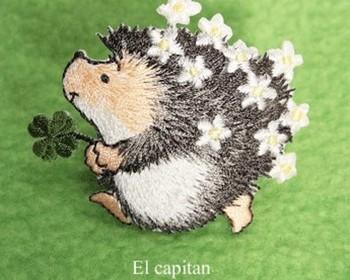 ハンドメイド、クラフト作品の通販サイト「creema(クリーマ)」にも素敵なアップリケがたくさん♪お花畑から飛び出した幸せの四葉のクローバーを運んでくれるハリネズミさん。つければ何かいいことがありそうな予感*