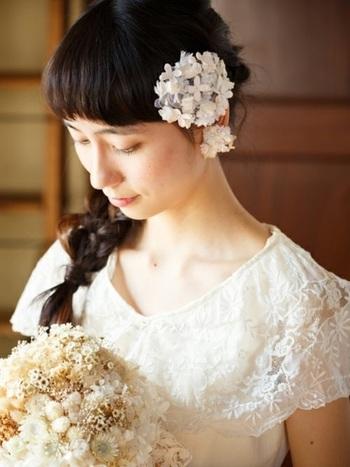 ウェディングブーケは、かつてヨーロッパで男性が女性にプロポーズする際、自ら野の花を摘み、それを束ねて愛する女性に贈ったことが始まりと言われています。返事が「YES」なら、女性は花束から一輪を抜き出して男性の胸ポケットに差し込んだそう。花嫁のブーケと花婿のブートニアは、そんなプロポーズの習わしを象徴するものなんですね。