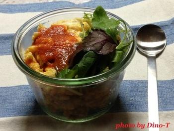 卵もお野菜もまとめてとれるオムライスは、栄養満点でランチにぴったりなメニュー。職場で容器ごとレンジで温めて召し上がれ♪
