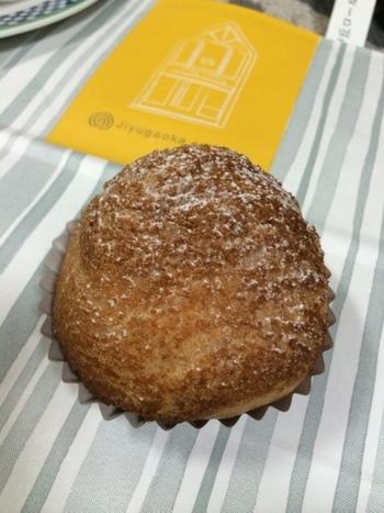 土日限定で販売されるのはココアピスタチオ味の「クッキーシュー」。ピスタチオの濃厚な味わいと、パリパリ食感の生地の組み合わせが絶妙な一品です。