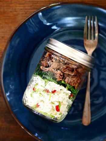牛肉とクコの実ご飯をメイソンジャーに閉じ込めて。このようにご飯とお肉を詰めて持っていけば、お弁当の時間もカフェに行ったようなワクワク気分になれそう。
