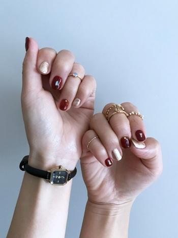 情熱的で色気のある赤は、ゴールドのリングと相性抜群!重ね付けをすれば、特別感が出来るのでパーティー向きの手元コーデに仕上がります。