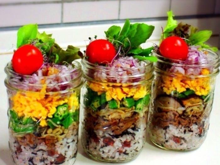 春に向けて彩り豊かなお寿司を作ってみませんか?お野菜や卵がたっぷり!見た目も楽しくヘルシーなお弁当をテイクアウト気分でいただきましょう。