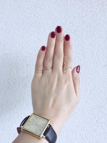 大きめの時計でメンズ感をプラスするとカジュアルな雰囲気に。華奢なリングとの絶妙バランスで、カッコイイ手元に仕上がります。