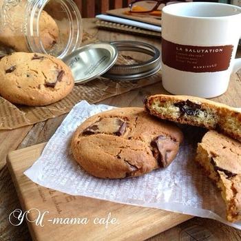 ホットケーキミックスで簡単に作れるチョコクッキー。沢山作ったらメイソンジャーに詰めて、みんなにおすそ分けしてみてはいかが?