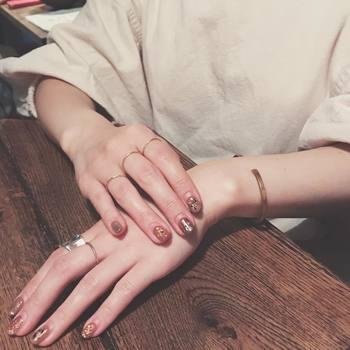 右の指にはゴールドのリングを。左にはシルバーのリングを。こっくりカラーが引き締めのアクセントカラーとなってくれます。