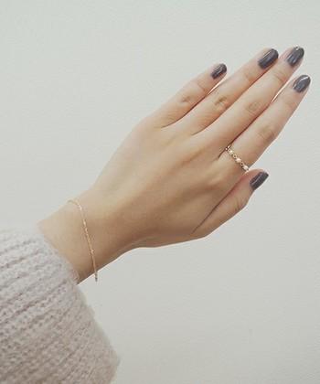 ブラック系のカラーはハードなイメージがありますが、こっくりカラーと可憐なリングが女性らしい柔らかな雰囲気に仕上げてくれます。
