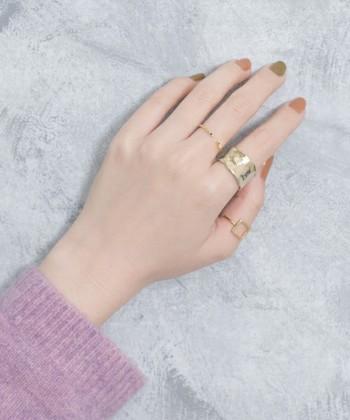 お気に入りのネイルを2色使いするだけでポップな手元に♪太さとデザインの異なるゴールドのリングの可愛さが引き立っています。