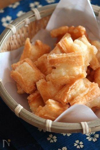 天日干しにしたお餅を低温でじっくりと揚げたおかき。揚げ立てサクサクは手作りならではの美味しさです♪
