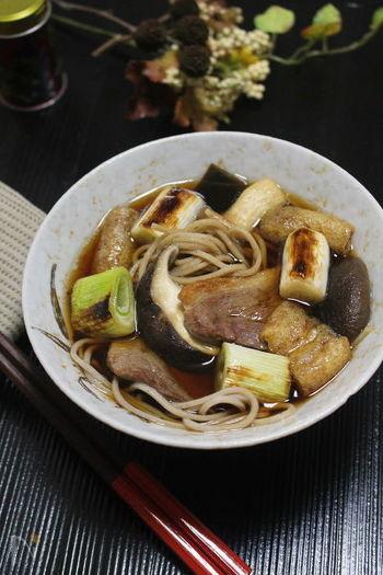 甘みたっぷりの焼き葱と、ローストしたジューシーな鴨肉が絶妙の美味しさ。調理にひと手間かかりますが、香ばしく風味豊かな、大人の贅沢を堪能あれ♪