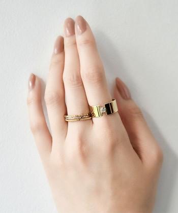 印象が強めのゴールドの太めリングも、スモーキーなネイルならナチュラルな雰囲気に。