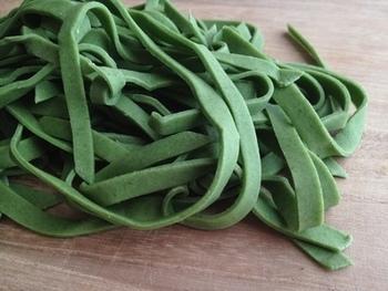 野菜のピューレなどを混ぜると、味も香りも豊かなカラフルパスタを作ることができます。ほうれん草のほかにも人参ピューレやトマトペースト、ハーブやイカスミ等を使っても。とても鮮やかな見た目ですが、天然色素なので安心です。