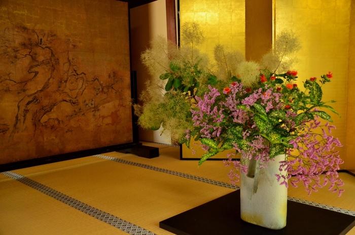 生け花をたしなむようになれば、お正月やお祝い事の時に好きな花を選んでお家の床の間や和室に飾ることができます。また色彩感覚、バランス感覚、立体感覚も身に付き、美的センスが磨かれることは間違いありませんし、四季の移り変わりを粋に楽しむ心の余裕も生まれるでしょう。