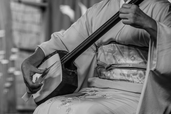 こちらも日本を代表する伝統的な弦楽器の三味線。ギターもいいけれど、和楽器の三味線を習っているなんてちょっと珍しくて粋ですよね。三味線を弾いていると、自然と美しい姿勢になるのも嬉しいメリットです。