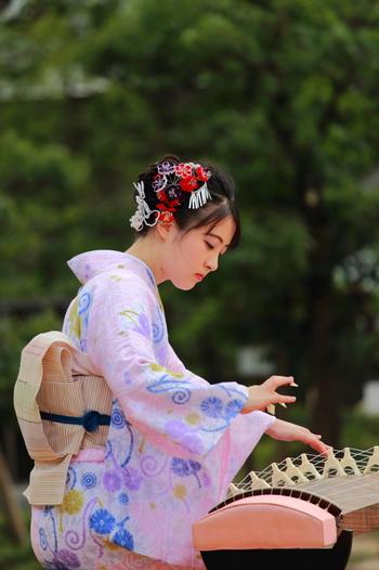 日本ならではの音楽を学びたいなら伝統和楽器のお琴がおススメ。敷居が高そうなイメージですが、誰でも簡単に音を出すことができますし、五線譜が読めなくても弾けるので、楽器初心者の方にも◎  琴の素敵な音色を、着物を着てさっそうと弾きこなす姿には惚れ惚れとしてしまいそうですね。