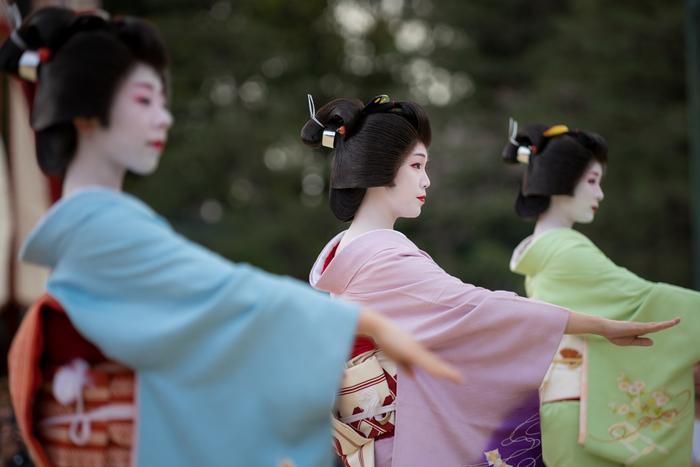 着物で美しく舞う姿に憧れる方も多い、日本の伝統的な踊りを学べる日本舞踊。肩を落とすことで首をすらりと細く見せたり、手や腕を弧を描くように動かしたり...柔らかで女性らしい所作が自然と身に付きます。日本芸能や舞台芸術に興味がある方にもおススメの習い事です。