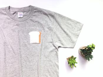 シンプルな無地Tシャツにアップリケをつけるだけで、ポップな雰囲気に。いつものTシャツ×デニムスタイルもちょっぴり個性的になりますね。