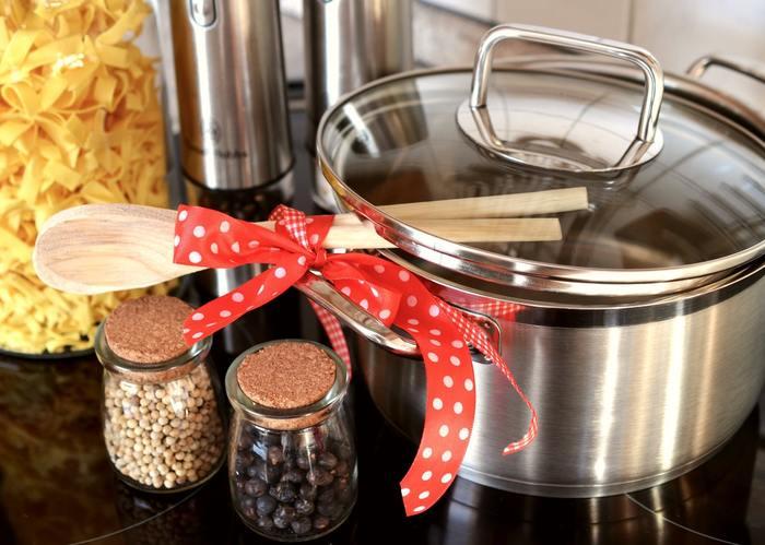 表面積が広いタリアテッレは、窮屈な小さな鍋で茹でるとすぐにくっついてしまうため、大きめの鍋で沸かしたたっぷりのお湯で茹でることが大切です。オリーブオイルを少しお湯に加えると、くっつき防止になりますよ。
