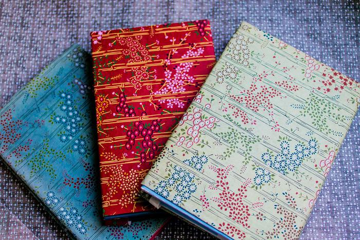作り方はとっても簡単。裁縫や難しい作業は一切なく、紙や布を折るだけだから、不器用さんでも気軽にチャレンジできますよ。大切な本をとっておきのカバーでおめかしして、読書の秋を楽しく彩ってみませんか?