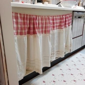 シンク下や収納棚に目隠しに使うだけで、生活感が出やすいキッチンなどもすっきりとした印象♪今回は、『カフェカーテン』の作り方と素敵な使い方をご紹介します。