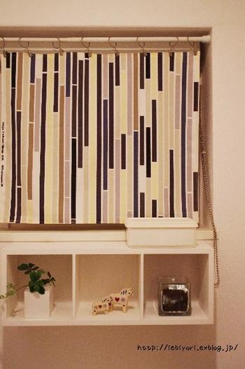 お気に入りのテキスタイルと両面テープを使って作る簡単なカフェカーテンの作り方です。