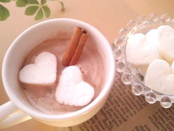 コーヒーや紅茶、ココアなどお好みのホットドリンクに浮かべれば、ちょっとリッチなティータイムに。ハート型などキュートな形に作るとより華やかになりますね。