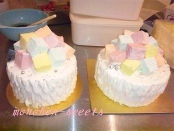 パステルカラーのギモーブを使うと、メルヘンでかわいらしいケーキに!何色か混ぜたり、アラザンも散らしたりするとまるでおとぎ話に出てきそうな雰囲気です。