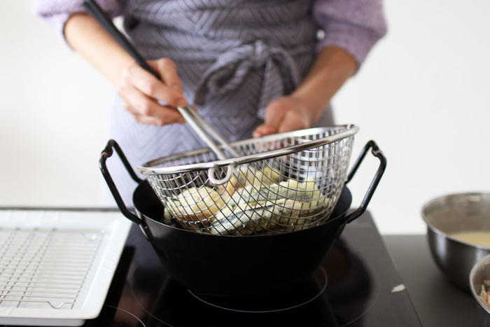 お店のような美味しさで揚げ物をするのは難しいですよね。でもこれなら油ハネが少なく、一気に引き上げられる揚げカゴがあるので二度揚げも簡単にできます。サクサクの揚げ物を自宅で楽しめるのは嬉しいですね。