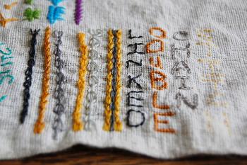 それではここで、刺繍の基本的なステッチをいくつかご紹介。ステッチには数多くの種類がありますが、まずは基本的なものをいくつか覚えておけばOKです。基本のステッチだけでも、さまざまなデザインを表現することができますよ。