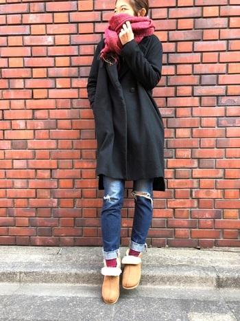 短めのムートンブーツは靴下をちら見せすることでよりコーデの幅が広がります。マフラーと靴下の色を揃えておしゃれさん!ダメージデニムも他のアイテムをシンプルシックにまとめれば、ハード感がおさえられ大人の抜け感を演出できますね。