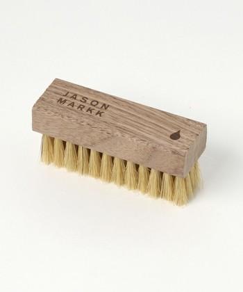 少しの汚れであればお家でブラッシングするだけでキレイな状態を保つことができます。ムートンの毛並みを傷つけないように柔らかな天然毛のブラシを選びましょう。少し面倒ではありますが、外出から帰ってきたら都度ブラッシングするように心がければ、ゴミや埃も取り除くことができ、お気に入りのムートンブーツを長持ちさせることができます。