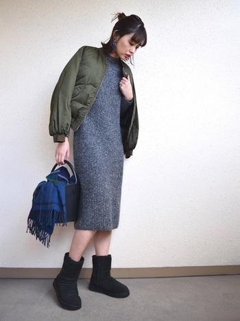 ニットワンピ×ムートンブーツも冬素材同士の相性抜群コーデ。リブ素材のニットワンピが程よく体にフィットして、すっきりきれいめな全体コーデにふわもこなブラックブーツがぴったり♪